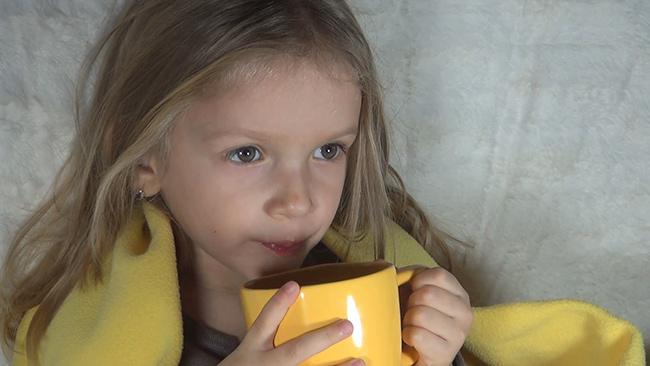Ребенок пьет смородиновый чай