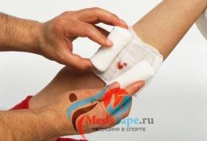 как снять бинт прилипший к ране