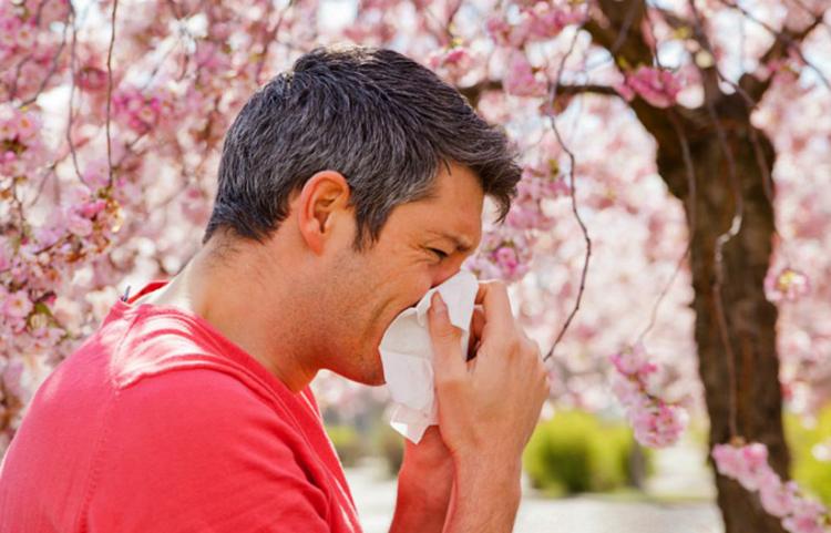 Мужчина при весенней аллергии