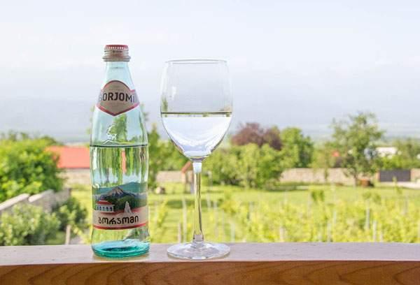 Минеральная вода Боржоми - в бутылке и в бокале