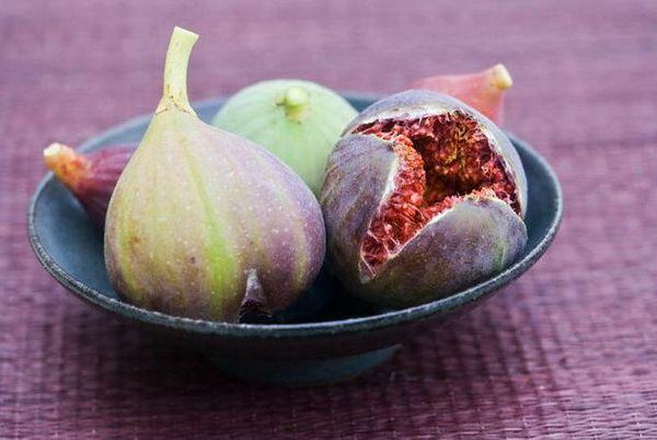 Спелый плод инжира в тарелке