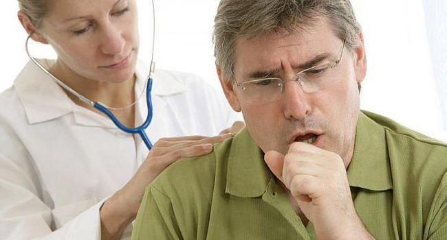 Обследование у врача больного с кашлем