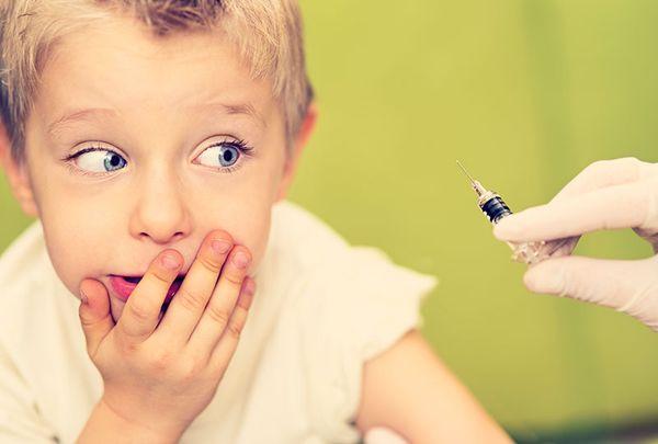 Мальчик боится прививки
