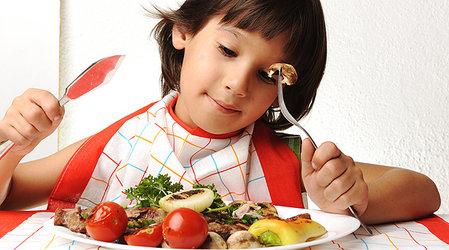 Свежие овощи и фрукты на тарелке