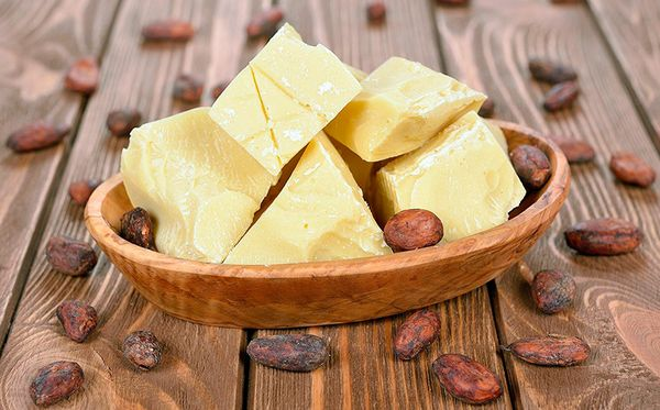 Масло с зернами какао в тарелке