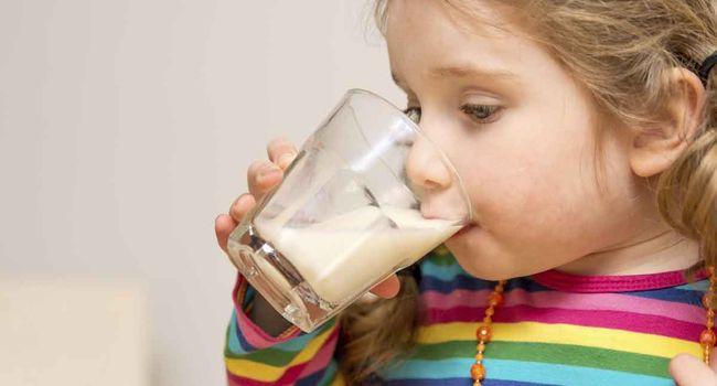 Ребенок пьет молоко с минералкой от кашля