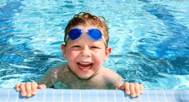 Мальчик в бассейне