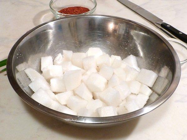 Кубики редьки перед приготовлением рецепта от кашля