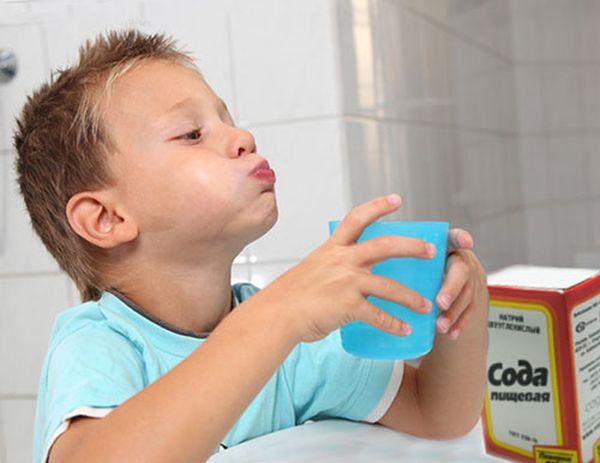 Ребенок полощет рот содой при кашле
