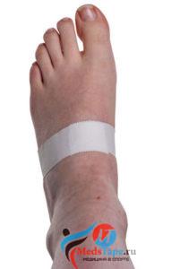 Инструкция наложения тейпа на большой палец ноги в спорте - шаг 1