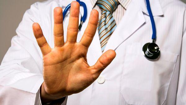 Доктор, предупреждающий об опасности самолечения